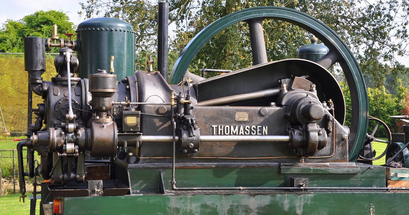 De stationaire motor van het merk Thomassen staat op het podium - Internationaal Historisch Festival Panningen 28 & 29 juli 2018 • 24-07-2018