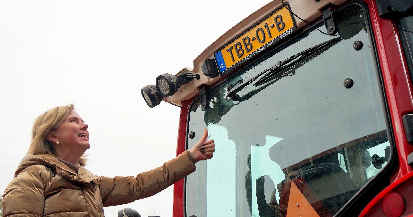 Minister Cora van Nieuwenhuizen overhandigd eerste Tractorkenteken